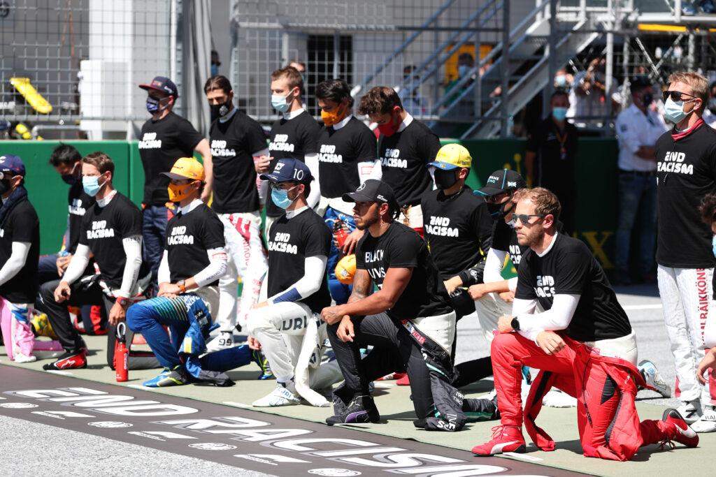 Pilotos se ajoelham, e outros não, em protesto contra o racismo na Áustria