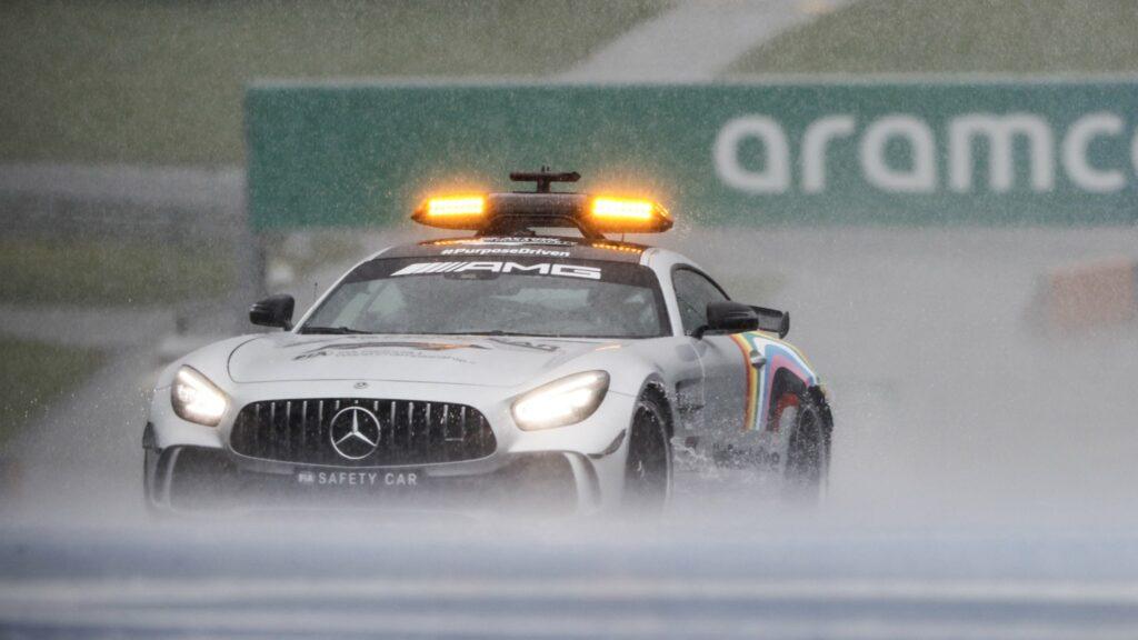 Bernd Maylander pilotou o safety-car no traçado encharcado do Red Bull Ring
