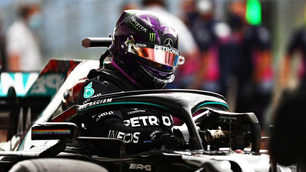 Lewis Hamilton sai do carro após a classificação do GP da Hungria, no Hungaroring