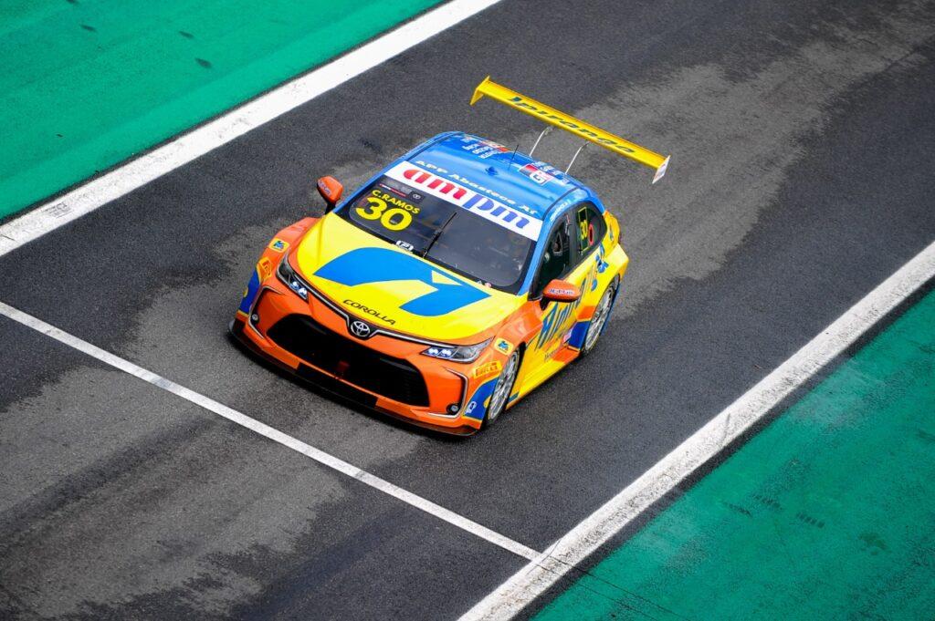 Cesar Ramos saindo dos boxes em Interlagos (Foto: Duda Bairros/Vicar)