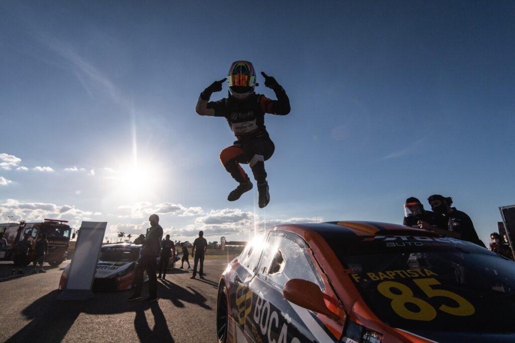 Felipe Baptista celebra vitória na Stock Light em Goiânia (Foto: Victor Eleuterio/Vicar)